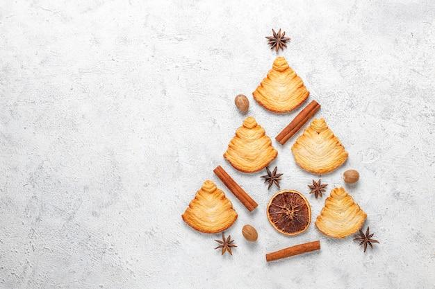 Biscoitos de massa folhada em forma de árvore de natal. Foto gratuita
