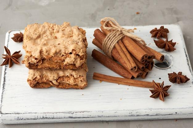 Biscoitos de merengue cracóvia assados em uma placa de madeira