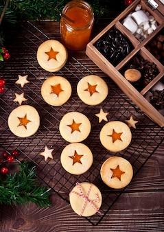 Biscoitos de natal austríacos tradicionais biscoitos linzer recheados com geléia de damasco. vista do topo.