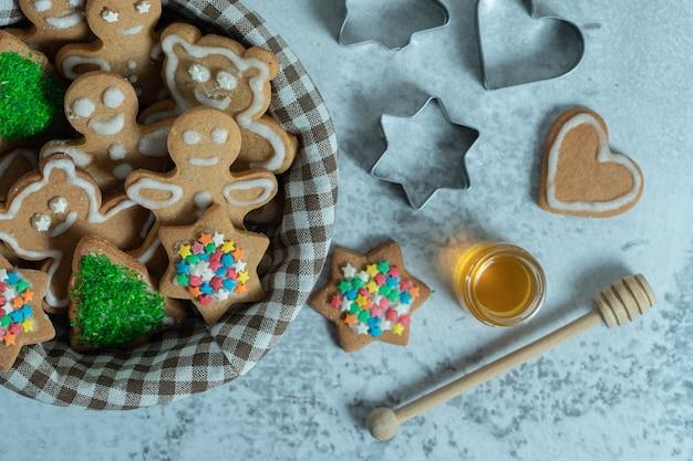 Biscoitos de natal caseiros frescos na cesta.