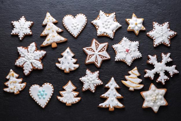Biscoitos de natal caseiros na mesa de ardósia
