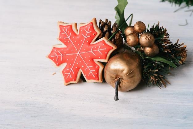 Biscoitos de natal coloridos com decoração festiva