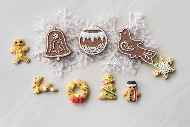 Biscoitos de natal com enfeites em mesa de madeira