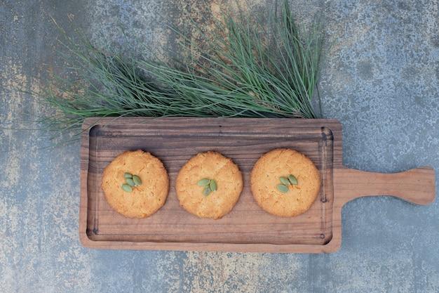 Biscoitos de natal com sementes de abóbora na placa de madeira. foto de alta qualidade