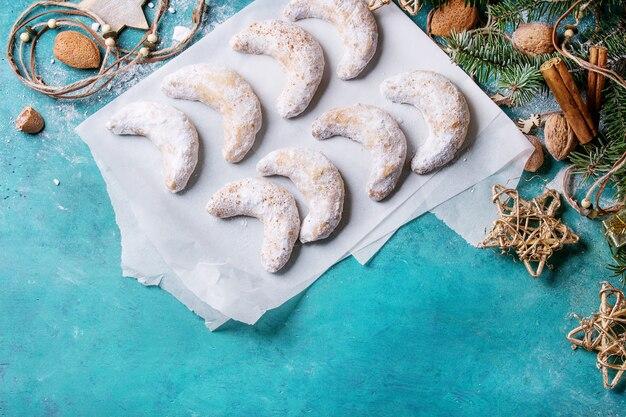 Biscoitos de natal crescente com decoração do feriado