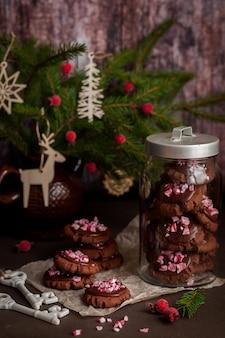 Biscoitos de natal de chocolate com bastão de doces esmagados