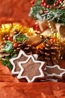 Biscoitos de natal de chocolate e decorações de natal