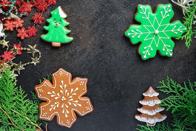 Biscoitos de natal de gengibre biscoitos cartão de ano novo sobremesa doce caseiro fundo de comida