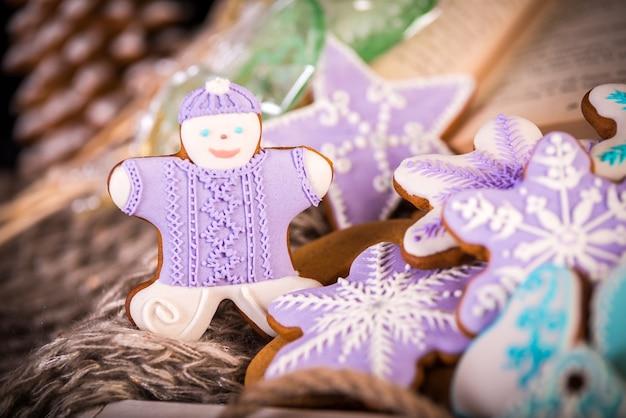 Biscoitos de natal de gengibre, flocos de neve um homem de gengibre