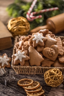 Biscoitos de natal de gengibre na mesa da cozinha - close-up.