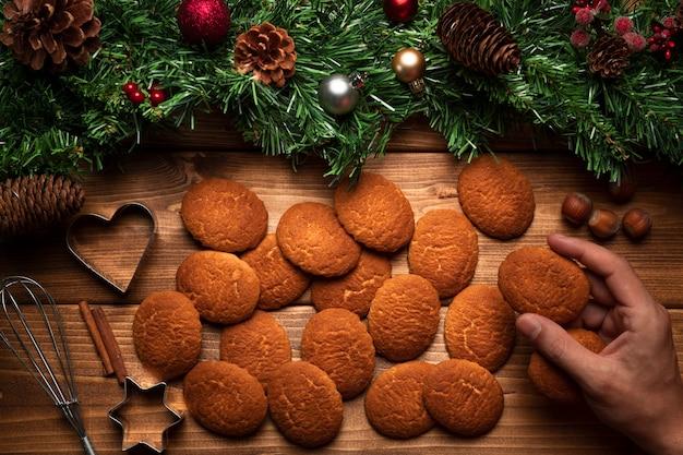 Biscoitos de natal de vista superior com fundo de madeira