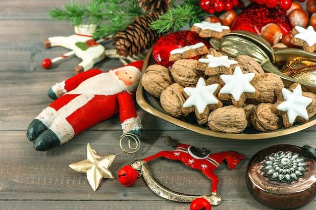 Biscoitos de natal e decoração vintage. comida festiva sazonal