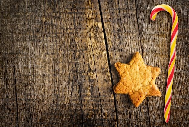 Biscoitos de natal e doces em um de madeira