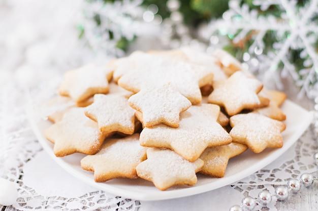 Biscoitos de natal e enfeites de natal em uma mesa de madeira