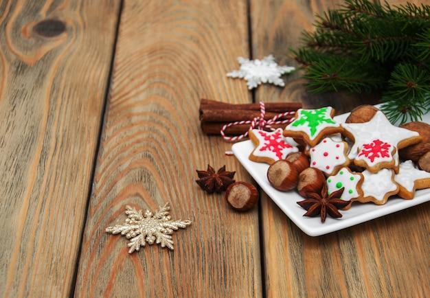Biscoitos de natal e nozes em um prato