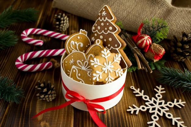 Biscoitos de natal em caixa redonda sobre fundo de madeira rústica