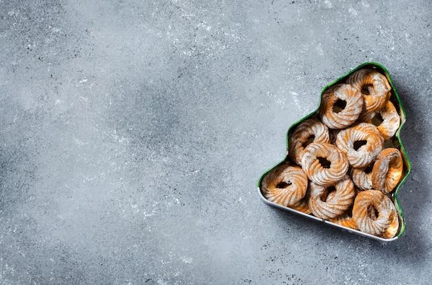 Biscoitos de natal em uma caixa em forma de árvore de natal