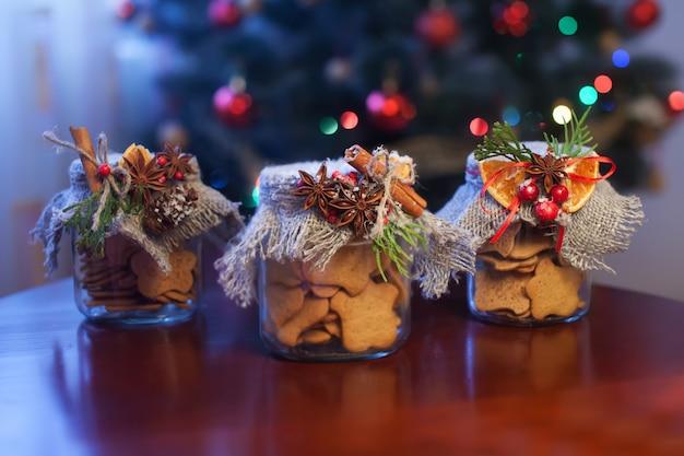 Biscoitos de natal em uma jarra na mesa marrom