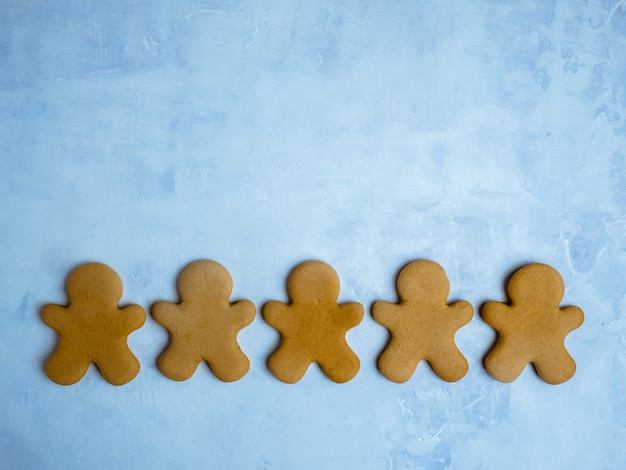 Biscoitos de natal isolados sobre fundo azul claro.
