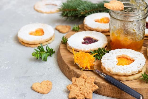 Biscoitos de natal linzer com geléia. biscoitos de natal austríacos tradicionais. massa quebrada.