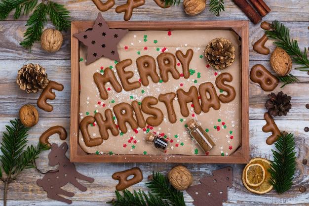 Biscoitos de natal na bandeja de madeira