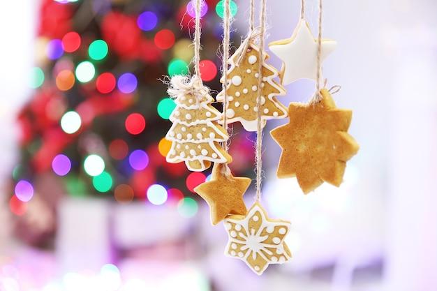 Biscoitos de natal na brilhante árvore de natal abstrata