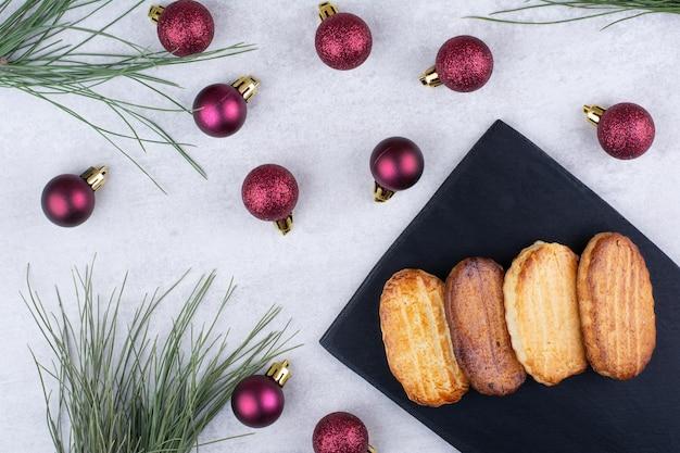 Biscoitos de natal na placa preta com enfeites. foto de alta qualidade Foto gratuita