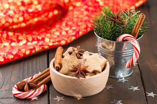 Biscoitos de natal na tigela e galho de árvore na panela