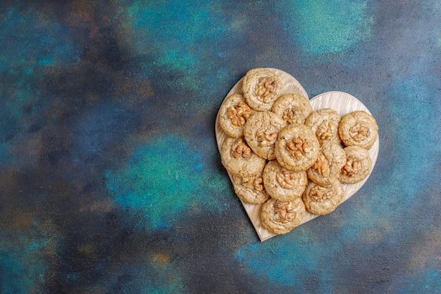 Biscoitos de noz deliciosos caseiros.