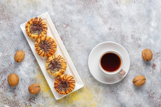 Biscoitos de nozes e chocolate com nozes ao redor, vista superior