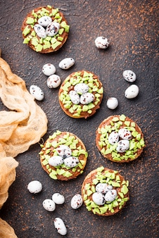Biscoitos de páscoa em forma de ninho com ovos