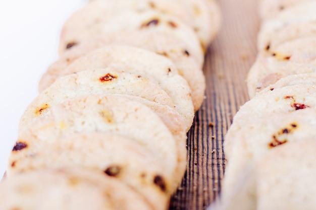 Biscoitos de pastelaria e croissants sobremesas doces servidas em bebidas alimentares de evento de caridade e conceito de menu ...