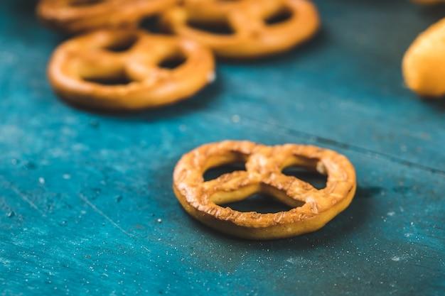 Biscoitos de pretzel lanche no fundo azul