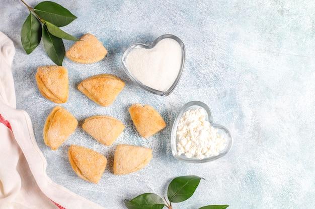 Biscoitos de queijo cottage e açúcar corvos pés triângulo cookies