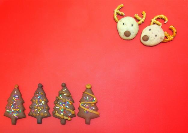 Biscoitos de rena de chocolate e biscoitos de árvore de natal