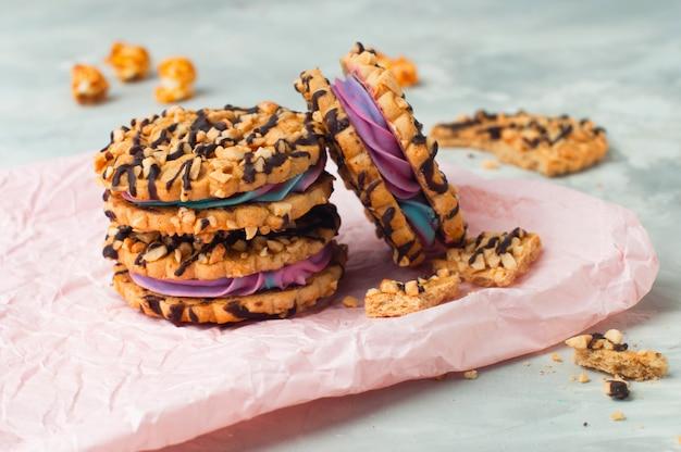 Biscoitos de sanduíche com creme de cor chantilly