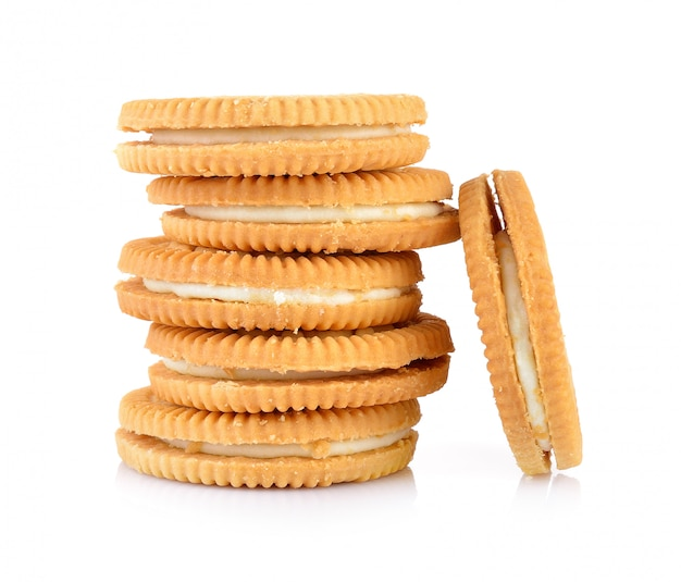 Biscoitos de sanduíche com creme na parede branca