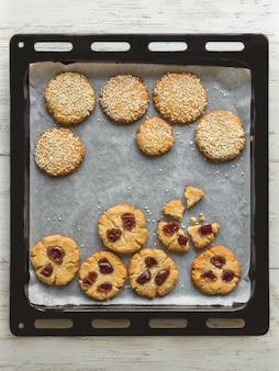 Biscoitos de tahine em uma assadeira