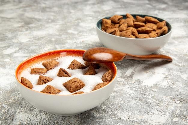 Biscoitos de travesseiro com leite no café da manhã no branco