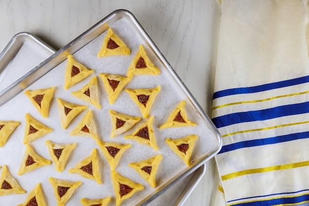 Biscoitos de triângulo na bandeja do forno com talit.