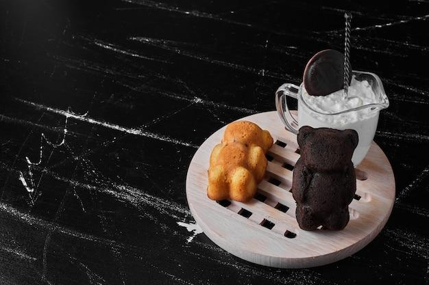 Biscoitos de urso de pelúcia em uma placa de madeira.