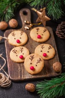 Biscoitos de veado caseiro decorados doces de chocolate e vermelho