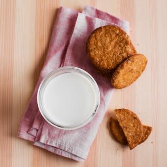 Biscoitos de vista frontal com copo de leite