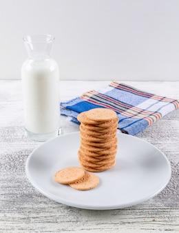 Biscoitos de vista lateral com leite vertical