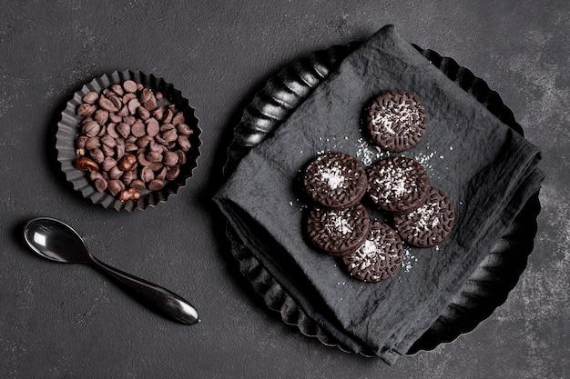 Biscoitos de vista superior com pepitas de chocolate