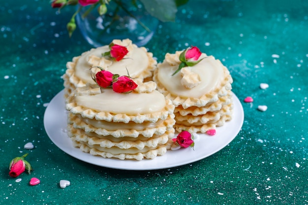 Biscoitos de waffle com creme caseiro delicioso.