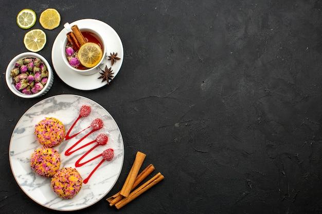 Biscoitos deliciosos com chá no topo da vista de cima no espaço cinza