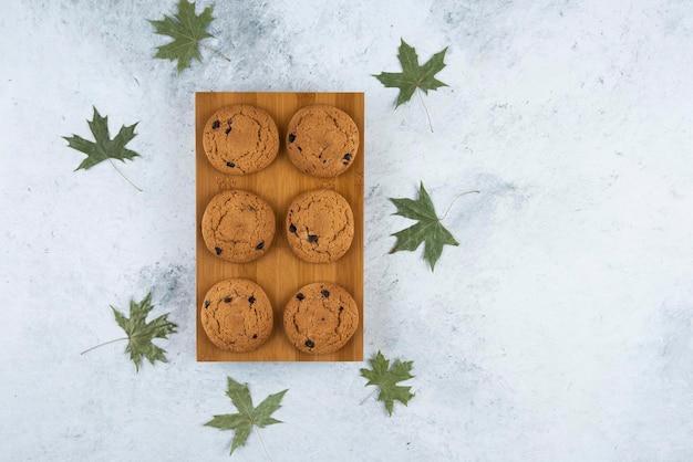 Biscoitos deliciosos com chocolate e folhas.