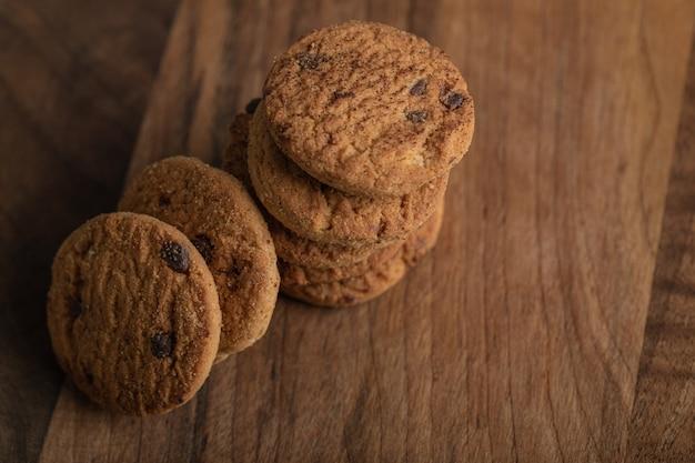 Biscoitos deliciosos com chocolate em uma placa de madeira.