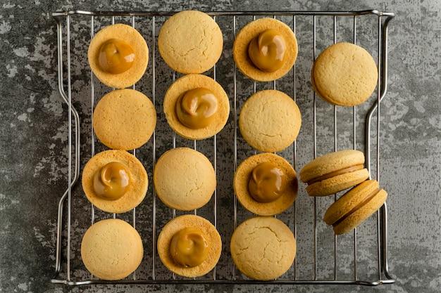 Biscoitos deliciosos com creme de vista de cima